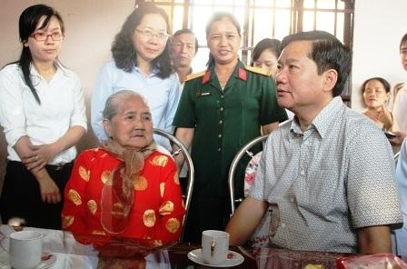 Đến thăm gia đình Mẹ Việt Nam Anh hùng Nguyễn Thị Em ở xã Tân Thông Hội, huyện Củ Chi, thấy đường vào nhà Mẹ xuống cấp, Bí thư Thành ủy TPHCM Đinh La Thăng liền chỉ đạo chính quyền địa phương khẩn trương làm đường bê tông vào nhà Mẹ; đồng thời nâng cấp nền nhà và gia cố lại một số vị trí cho căn nhà. Thành ủy TPHCM sau đó đã công bố số điện thoại đường dây nóng của ông Đinh La Thăng là 0888247247 (Ảnh: Quốc Anh).