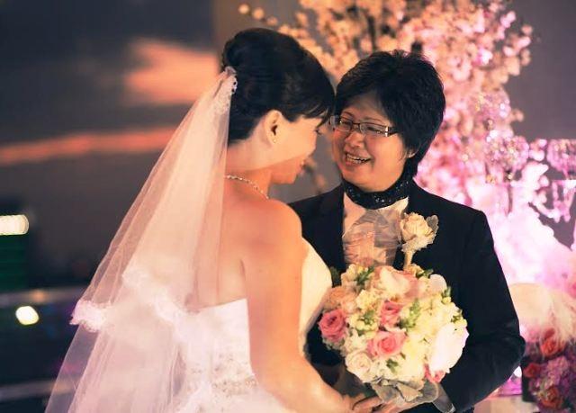 Tình cảm cùng giới nảy sinh từ tình bạn lúc họ còn là hai cô nhóc 13, 14 tuổi nhưng đến tận ngày 20/2/2016, khi đã là những người phụ nữ bước sang dốc bên kia cuộc đời, chị Kim Mỹ và chị Tuệ Châu mới chính thức được ở bên nhau sau một đám cưới được tổ chức ở Việt Nam (Ảnh nhân vật cung cấp)