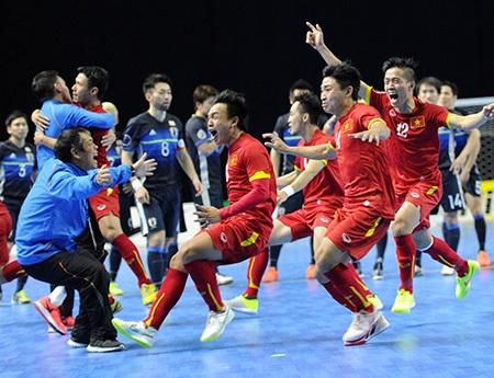 Niềm vui của các cầu thủ Đội tuyển futsal Việt Nam và ban huấn luyện sau khi đánh bại Nhật Bản 6-5 ở tứ kết giải châu Á tại Uzbekistan để có được tấm vé dự World Cup (Ảnh: Quang Thắng).