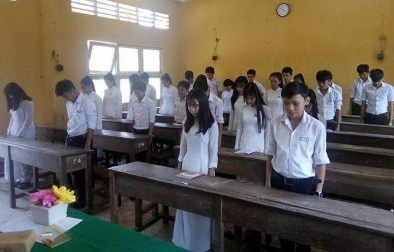 Sau câu chuyện kể lại cuộc chiến tranh bảo vệ biên giới, thầy Nguyễn Duy Khánh - Giáo viên dạy Văn Trường THPT An Thới (huyện Phú Quốc, Kiên Giang) và học trò dành một phút tưởng niệm đến các liệt sỹ đã hy sinh trong cuộc chiến tranh bảo vệ biên giới phía Bắc 17/2/1979 (Ảnh: N.H).