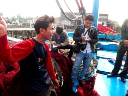 """""""Họ nhảy lên tàu, dùng roi điện khống chế chúng tôi, cắt phá ngư cụ, cướp hết cá, mực, cắt bộ đàm liên lạc rồi sau đó đuổi hết anh em chúng tôi về phía sau đuôi tàu. Họ quá hung hãn với ngư dân chúng tôi. Đó là những tố cáo của các ngư dân xã Tam Quang, huyện Núi Thành, Quảng Nam về việc tàu hải cảnh Trung Quốc ngang nhiên cướp phá khi ngư dân đánh bắt cá trên vùng biển thuộc chủ quyền Việt Nam (Ảnh: Công Bính)"""