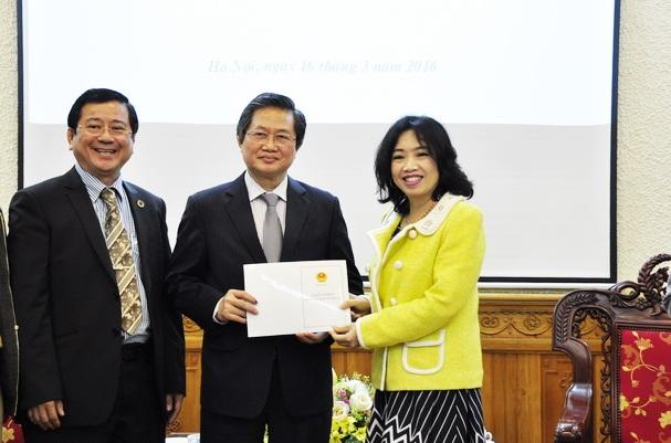 Bà Đỗ Hoàng Yến trao giấy phép thành lập Trung tâm trọng tài thương mại Luật gia Việt Nam cho GS.TS Lê Minh Tâm (Ảnh: MOJ).