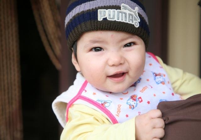 Một bé gái khoảng 9 tháng tuổi, rất xinh xắn, bụ bẫm đã bị bỏ lại một mình trước vườn chùa Nội (thuộc xã Đồng Du, huyện Bình Lục, tỉnh Hà Nam). Hiện phía nhà chùa và chính quyền địa phương vẫn đang tích cực tìm kiếm bố mẹ đẻ của cháu bé (Ảnh: Đức Văn).