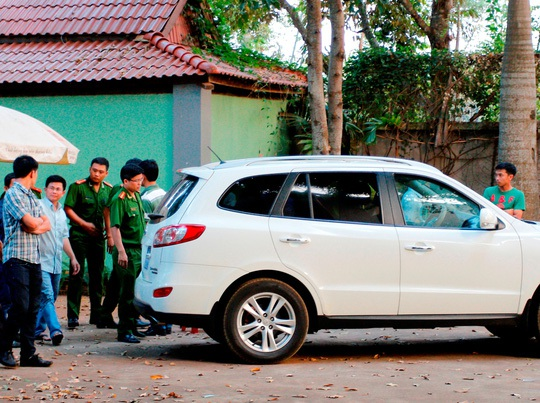 Ông Trần Minh Lợi (thứ hai từ trái qua) bị dẫn giải lên xe về trại tạm giam (Ảnh: Người Lao Động)