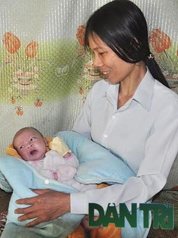 Vợ chồng ông Uông Văn Bình (SN 1968) và bà Nguyễn Thị Lý (SN 1972) ở xóm Kim Lĩnh, xã Sơn Mai, huyện Hương Sơn (Hà Tĩnh) dù rất nghèo, lại mắc bệnh tật nhưng vẫn nhận nuôi đứa bé 3 ngày tuổi bị bỏ rơi (Ảnh: Minh Lý)