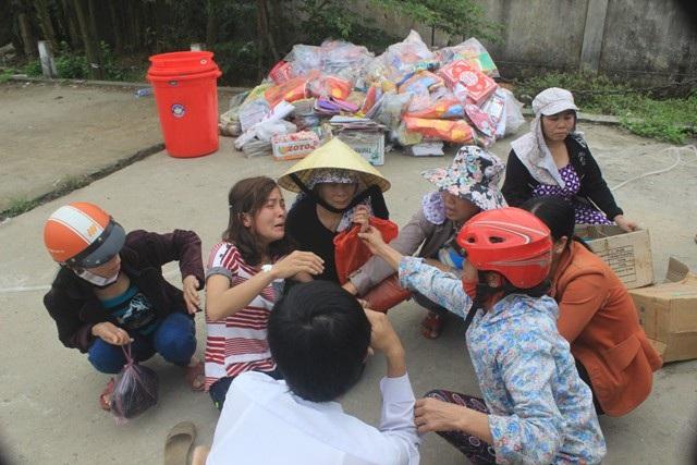 Một tiểu thương khóc ngất khi tài sản bị thiêu rụi sau vụ cháy lớn xảy ra ở chợ Ngã Tư Sòng, huyện Cam Lộ, tỉnh Quảng Trị (Ảnh: Đăng Đức)