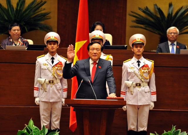 Chánh án TAND Tối cao Nguyễn Hòa Bình tuyên thệ nhậm chức sau khi nhận được số phiếu bầu rất cao tại Quốc hội (95,55% đại biểu tán thành).