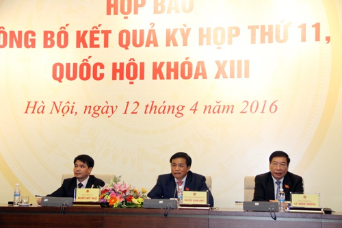 Ông Nguyễn Hạnh Phúc (ngồi giữa) và ông Lê Minh Thông (ngoài cùng bên phải) trả lời các câu hỏi của báo chí.