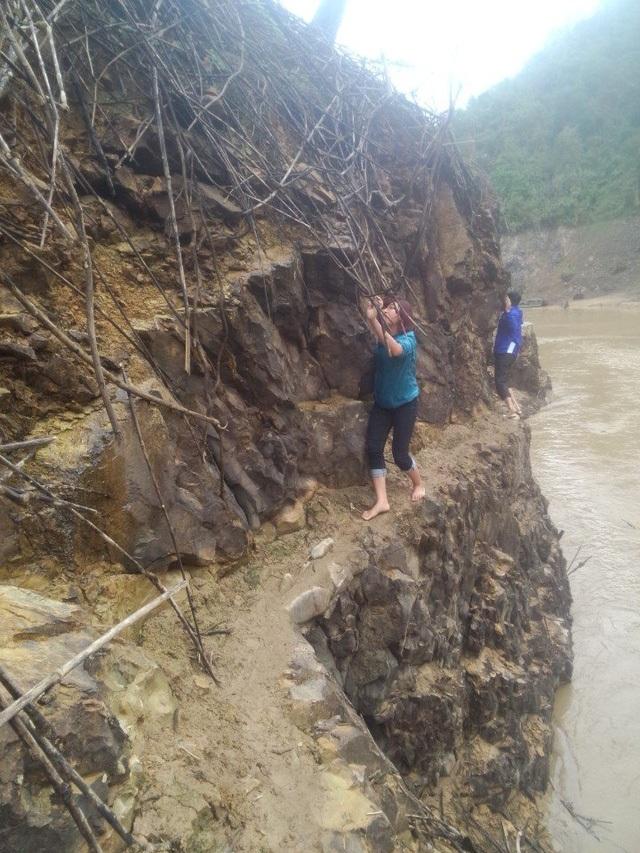 Từ trung tâm huyện Tân Uyên (Lai Châu) đi vào xã Tà Mít, các cô giáo cắm bản phải băng qua một vách núi dựng đứng, với lối đi chỉ vừa một người đi, phía dưới là dòng sông đang cuộn chảy. Chỉ cần một chút sơ sẩy, giáo viên có thể bị rớt xuống sông nguy hiểm tính mạng (Ảnh: Tô Hồng Điệp)
