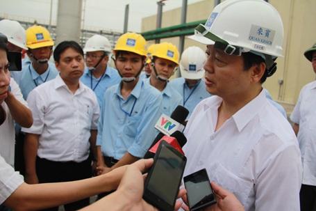 Bộ trưởng Bộ Tài nguyên và Môi trường Trần Hồng Hà trả lời báo chí trong chuyến thị sát tại Khu kinh tế Vũng Áng (Ảnh: Tiến Hiệp)