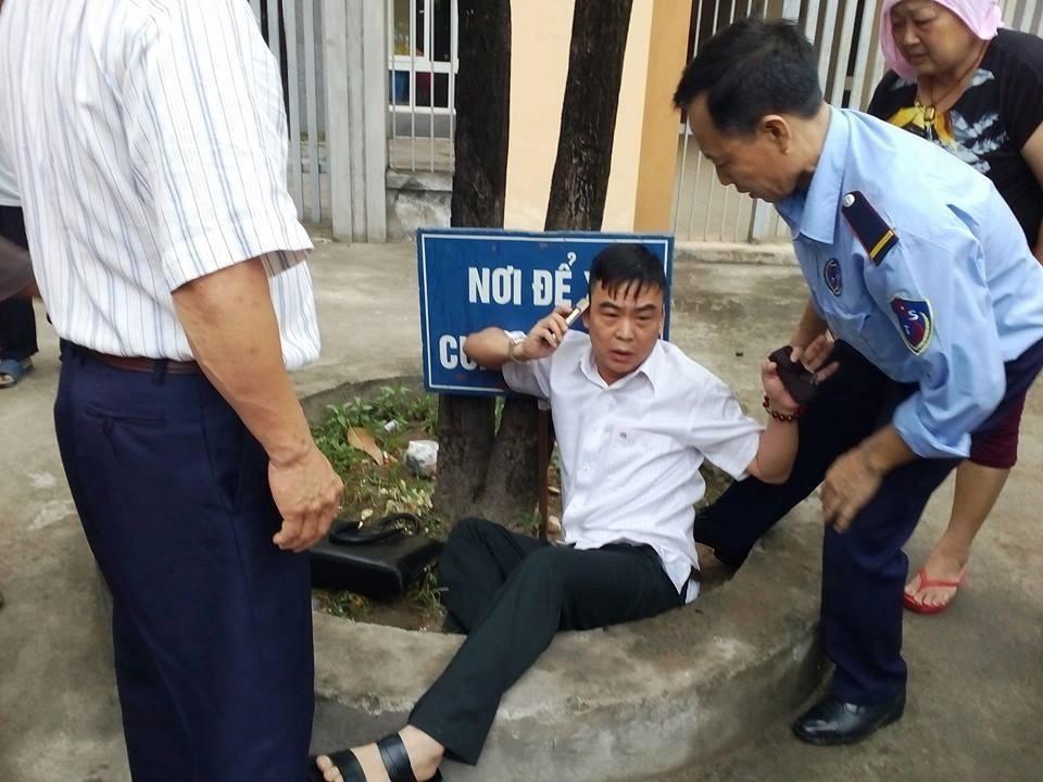 Ông Nguyễn Hồng Điệp - Trưởng Ban Tiếp công dân Trung ương bị một nhóm người dân khiếu kiện quá khích xô ngã, cào cấu xước xát trên người vào ngày 24/5 vừa qua (Ảnh: NDCC).