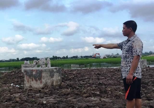 Người dân tố cáo việc đổ bê tông cho 2 móng cột điện cao thế 220kV chạy qua địa bàn xã Đại An, huyện Vụ Bản, tỉnh Nam Định chỉ có một ít xi măng trộn đá sỏi, còn lại là đất trộn qua loa cho xuống phần đế móng (Ảnh: Đức Văn)