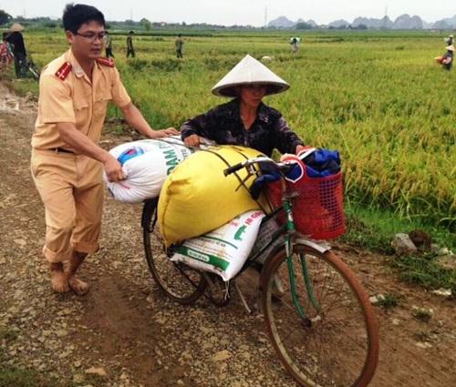 Hơn 200ha lúa đang cho thu hoạch và trổ bông của huyện Nho Quan (Ninh Bình) bị ngập sâu trong nước sau cơn mưa lớn. Ngay lập tức, hàng chục chiến sĩ CSGT được huy động xuống đồng giúp nông dân thu hoạch lúa ngập lụt (Ảnh: Thái Bá).