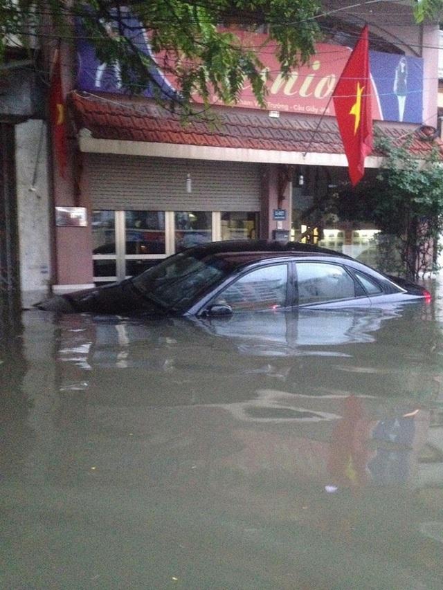 Chỉ sau một trận mưa lớn, nhiều tuyến phố ở Hà Nội đã biến thành sông, giao thông ùn tắc tê liệt, cuộc sống của người dân bị đảo lộn (Ảnh: Hà Trang)
