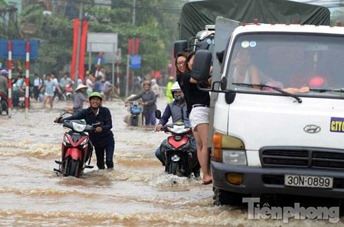 Hệ thống tiêu thoát nước yếu kém khiến rất đông người dân Hà Nội rơi vào tình cảnh dở khóc dở cười (Ảnh: Tiền Phong)