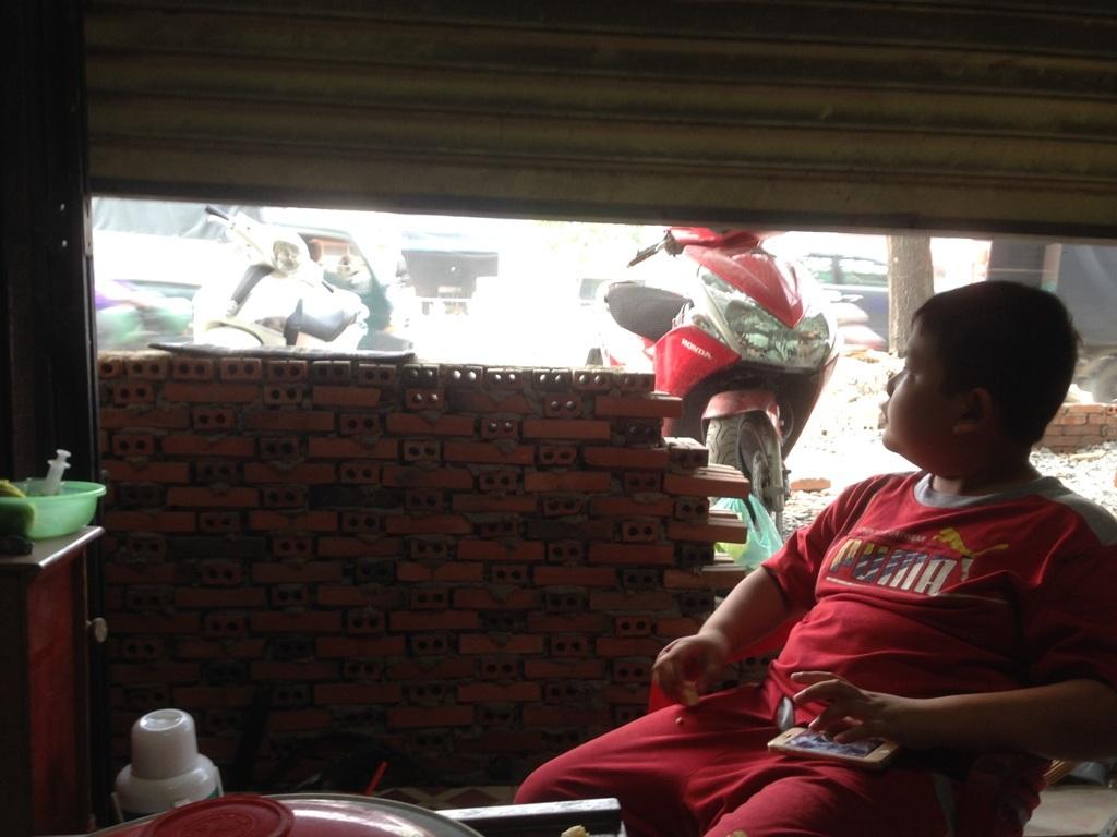 Chủ tịch UBND TPHCM Nguyễn Thành Phong đã phê bình cán bộ sau khi thị sát thực trạng hàng trăm ngôi nhà sắp biến thành hầm khi chủ đầu tư triển khai dự án cải tạo hệ thống thoát nước đường Kinh Dương Vương, quận Bình Tân (Ảnh: Quốc Anh)