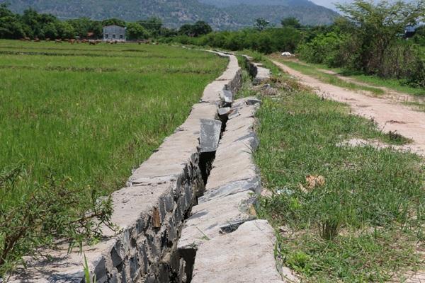 """Theo """"lộ trình"""" đã được lãnh đạo UBND xã Ia Peng (Phú Thiện, Gia Lai) đặt ra, hơn 1.000 hộ nông dân ở xã này phải tiếp tục đóng tiền cho công trình 27 triệu khai khống thành 1 tỷ đến tận năm 2022 (Ảnh: Thiên Thư)"""