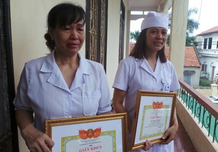 Bà Khuất Thị Định và bà Hoàng Thị Nguyệt nghẹn ngào sau khi được nhận giấy khen vì thành tích tố cáo sai phạm ở Bệnh viện Đa khoa Hoài Đức, Hà Nội (Ảnh: Hồng Hải).