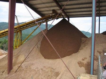 """Công ty TNHH khai thác vàng Bồng Miêu mặc dù giấy phép đã hết hạn vào ngày 5/3/2016 nhưng vẫn ngang nhiên khai thác """"chui"""" (Ảnh: Công Bính)"""