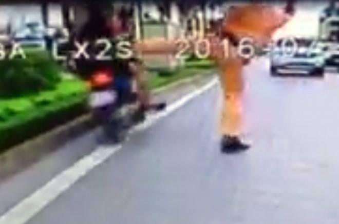 Hành động tung chân với hai người điều khiển xe máy lạng lách, đánh võng ngược chiều đang tạo ra hai luồng ý kiến trên cộng đồng mạng (Ảnh cắt từ clip)