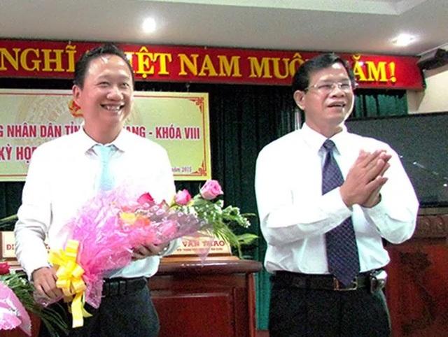 Ông Trịnh Xuân Thanh (trái) trong ngày nhậm chức Phó Chủ tịch tỉnh Hậu Giang. (ảnh: Cổng TTĐT tỉnh Hậu Giang).