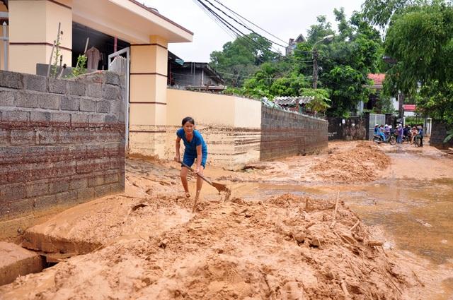 Hàng nghìn m3 bùn đất từ khu đồi đang thi công dự án sân golf thuộc Tập đoàn FLC đã trôi xuống các khu dân cư thuộc các tổ 29, 30, 31 thuộc khu 3 phường Hà Trung, TP Hạ Long, Quảng Ninh. Người dân phản ánh, nước chảy cuồn cuộn cuốn theo bùn đất từ đỉnh đồi xuống phủ hết đường đi, bùn tràn vào trong nhà, bùn trôi ngập các hệ thống thoát nước, có chỗ bùn phủ dày tới cả mét. Trước tình trạng đó, Quảng Ninh đình chỉ thi công dự án sân golf (Ảnh: Báo Quảng Ninh)