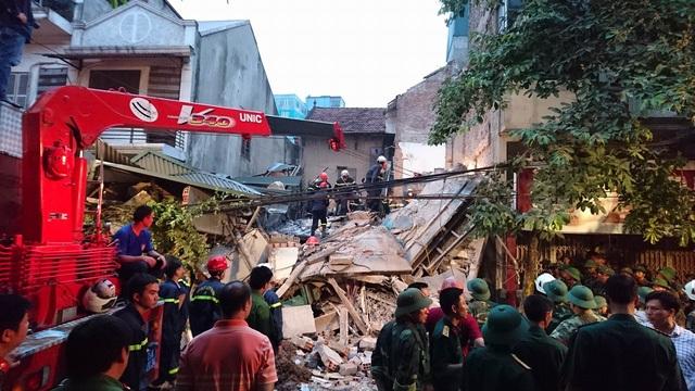 Ngôi nhà 4 tầng trên phố Cửa Bắc, Hà Nội bất ngờ đổ sập vào lúc rạng sáng khiến 2 người chết, 3 người bị thương. Nguyên nhân bước đầu được xác định là có liên quan tới việc đào móng nhà của gia đình liền kề (Ảnh: Mạnh Thắng)