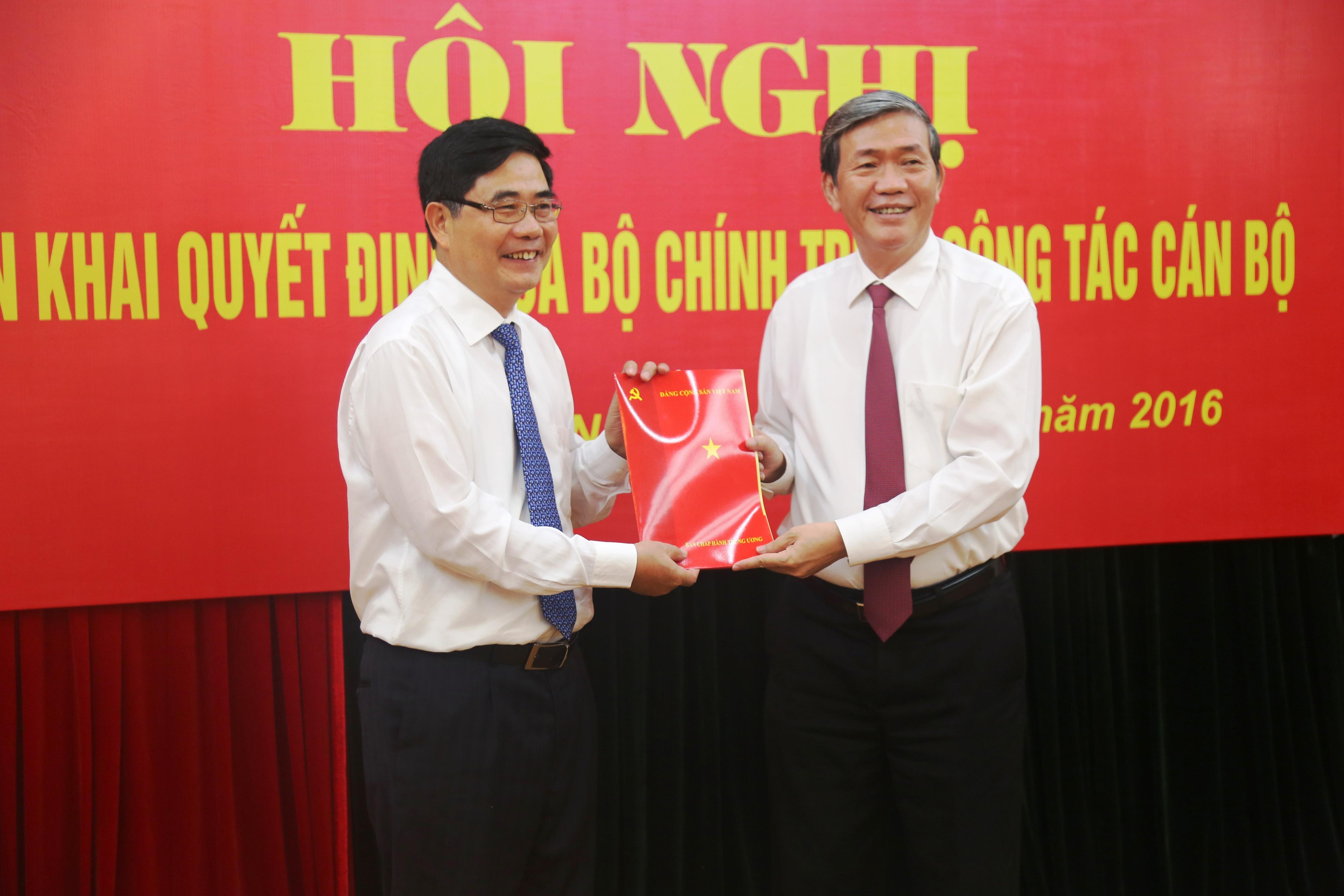 Ông Đinh Thế Huynh (phải) trao quyết định của Bộ Chính trị và chúc mừng ông Cao Đức Phát được điều động giữ chức vụ Phó Trưởng Ban Thường trực Ban Kinh tế Trung ương.