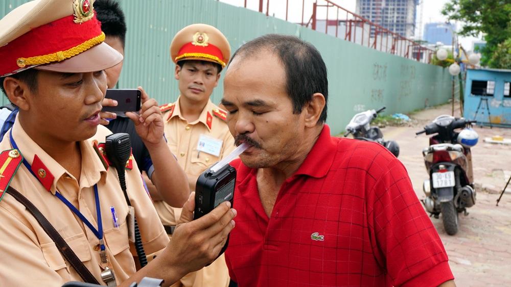 Khi CSGT Hà Nội lập chốt kiểm tra nồng độ cồn gần quán nhậu, nhiều người vi phạm đã bỏ xe ra về (Ảnh: Tiến Nguyên)