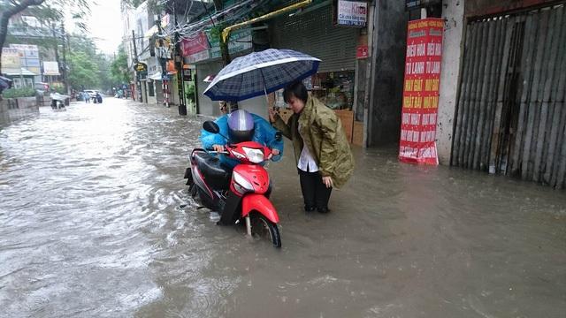 Do ảnh hưởng của cơn bão số 3 (tên quốc tế là Dianmu), Thủ đô Hà Nội xuất hiện mưa lớn kéo dài, ngập sâu ở nhiều tuyến phố và các phương tiện chết máy la liệt (Ảnh: Nguyễn Dương)