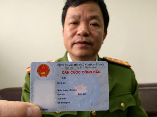Đại tá Phùng Đức Thắng - Phó cục trưởng C72 (Tổng cục Cảnh sát, Bộ Công an) - giới thiệu về thẻ căn cước công dân (Ảnh: T.K)