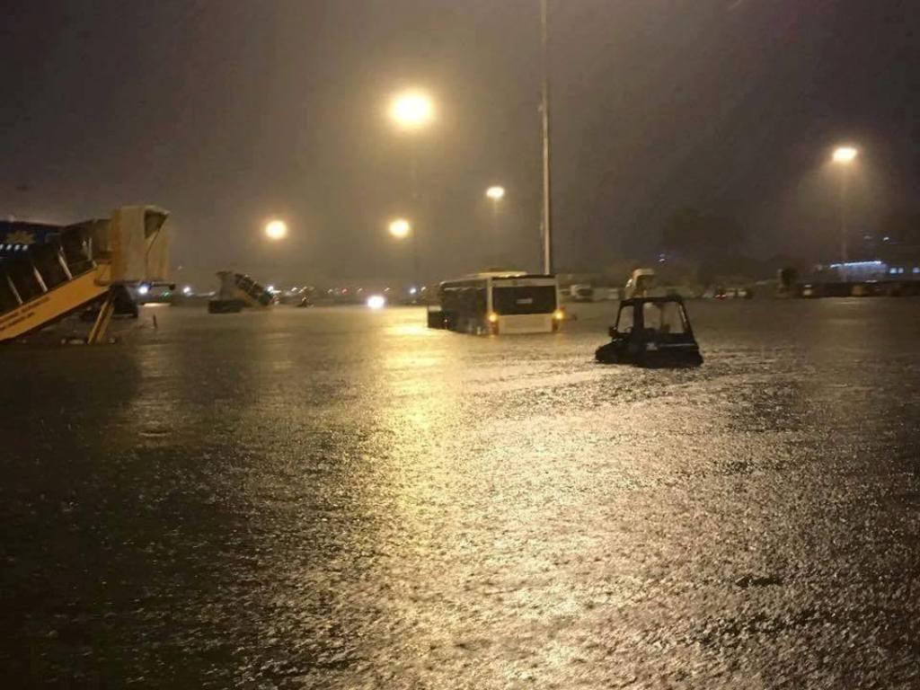 Sân bay Tân Sơn Nhất (TPHCM) cũng bị ngập sâu đến 30 cm khiến hàng chục chuyến bay bị ảnh hưởng (Ảnh: Q.A)