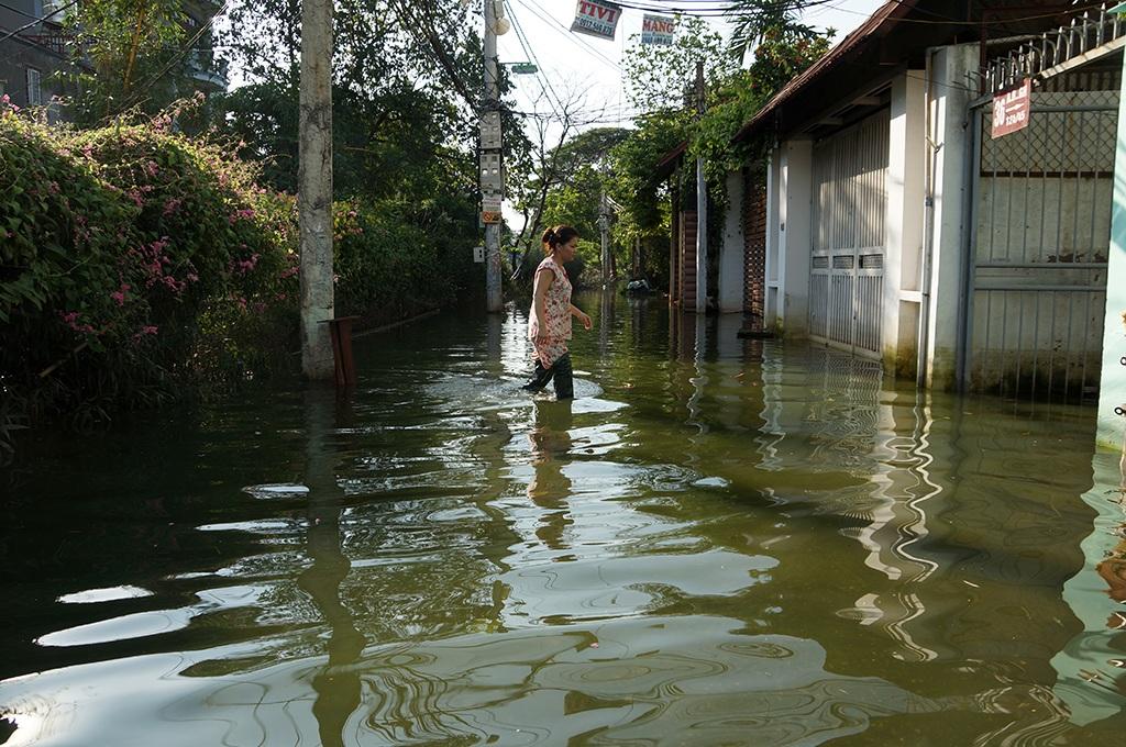 Tại Hà Nội, một tuần sau cơn mưa lớn nhưng hàng chục hộ dân tại tổ 36 phường Tứ Liên (Tây Hồ, Hà Nội) vẫn phải chịu cảnh ngập sâu, các sinh hoạt hàng ngày đảo lộn (Ảnh: Mạnh Thắng)