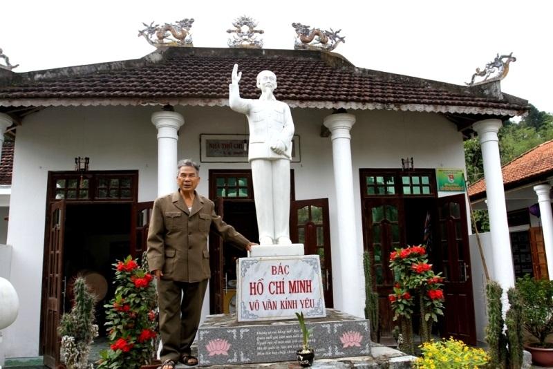 Cựu binh Võ Như Thông (SN 1934, còn gọi là Võ Như Tông, trú tại tổ Đồng Trường 2, thị trấn Trà My, huyện Bắc Trà My, Quảng Nam) bỏ nhiều thời gian, công sức, tiền bạc để xây dựng nhà thờ, khu lưu niệm với những kỷ vật, ký ức liên quan đến Bác Hồ (Ảnh: Công Bính)