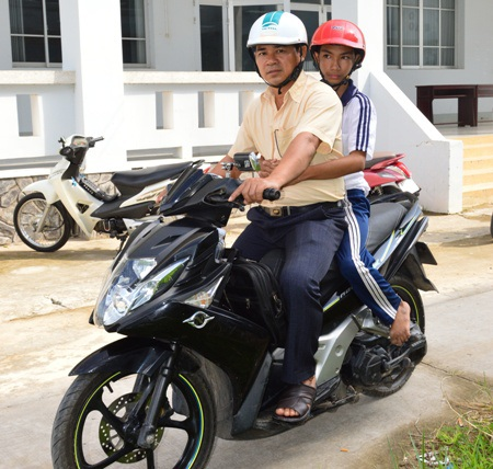 Em Trương Thanh Nhành là con một gia đình nông dân Khmer nghèo ở ấp Phú Hòa (xã Phú Tâm, huyện Châu Thành, tỉnh Sóc Trăng), bị bệnh liệt cả hai chân. Các giáo viên Trường Tiểu học Phú Tâm B đã thay phiên nhau đưa đón em suốt từ năm em học lớp 1 cho đến hôm nay khi em vào học lớp 5 (Ảnh: Cao Xuân Lương)