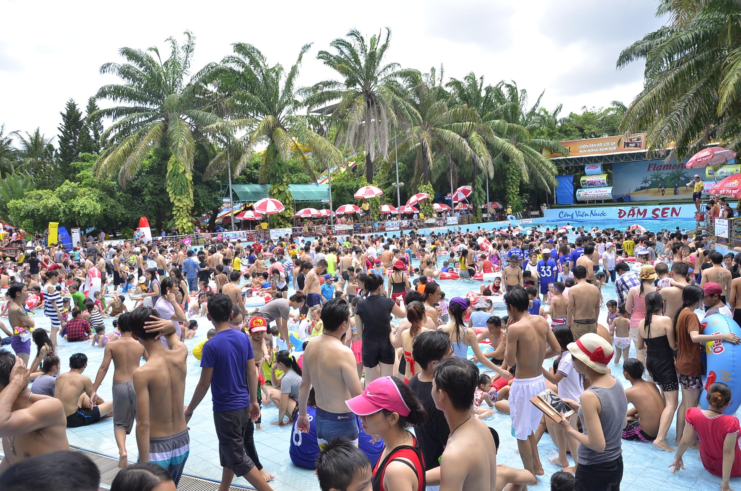 Các điểm vui chơi ở Sài Gòn đều đông nghẹt người trong dịp nghỉ lễ (Ảnh: Đình Thảo)