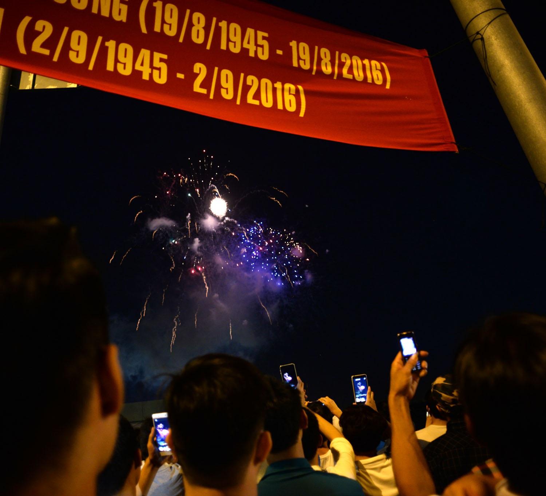 Người dân tập trung rất đông ven sông Sài Gòn xem bắn pháo hoa và ghi lại những khoảnh khắc đẹp (Ảnh: Nguyễn Quang)