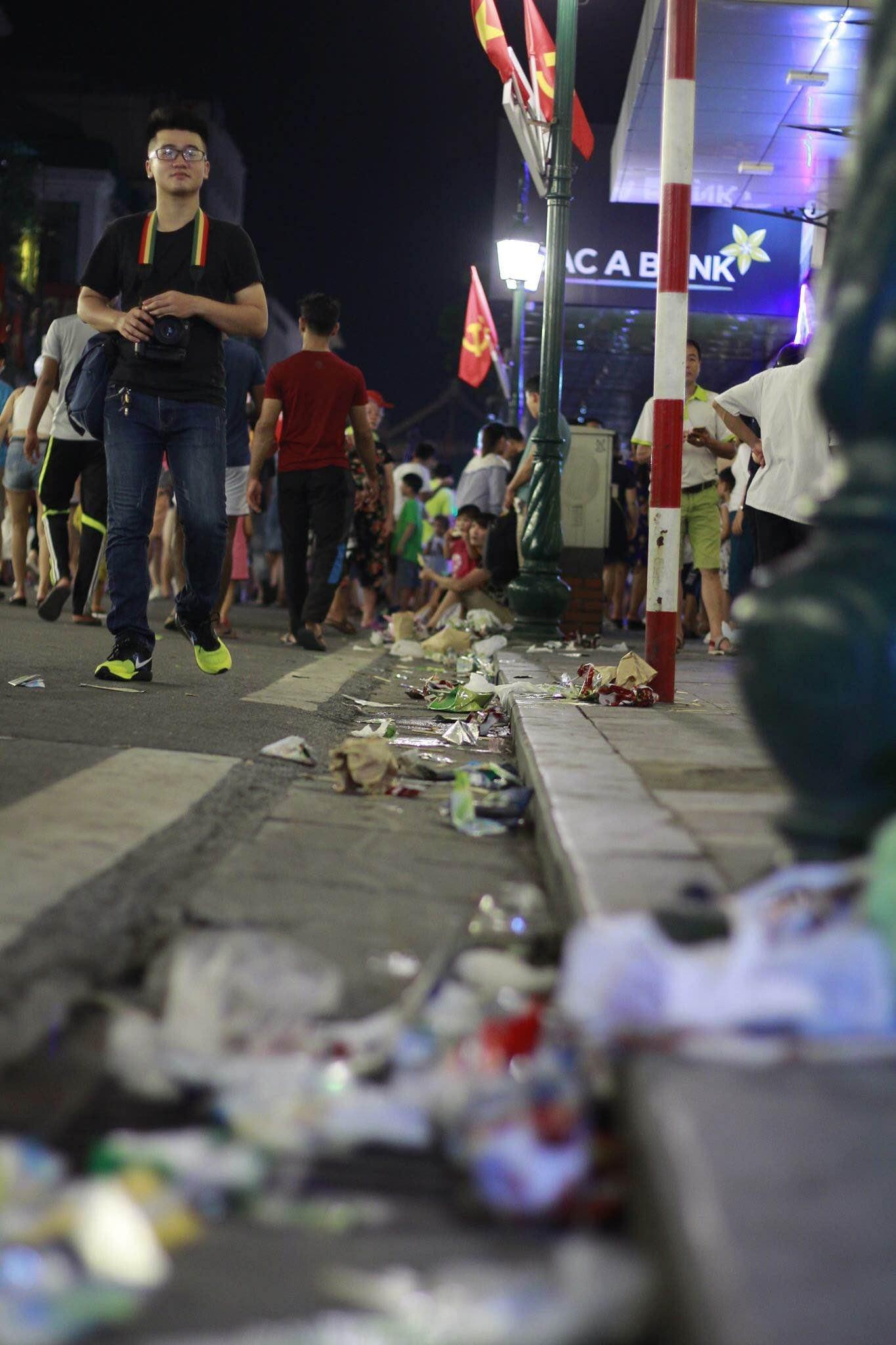 ...nhưng sau đó vứt lại vô khối rác quanh các tuyến phố đi bộ như thế này (Ảnh: Thành Trung)