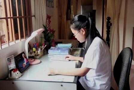 Thủ khoa Phương Ngân cho biết em dành nhiều thời gian để học và làm bài tập.