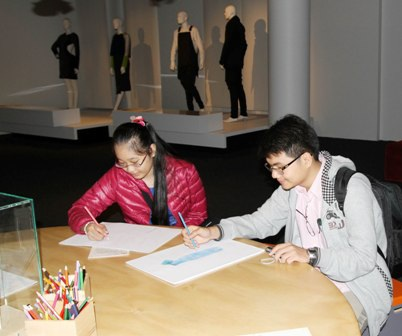 Hoàng Anh và Minh Thảo vẽ phác thảo việc sử dụng vật liệu mới trong thiết kế thời trang