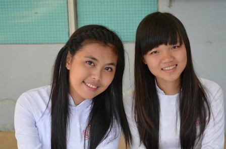 Dù không học cùng lớp nhưng Hải Yến (phải) và Hồng Trang lại là đôi bạn thân