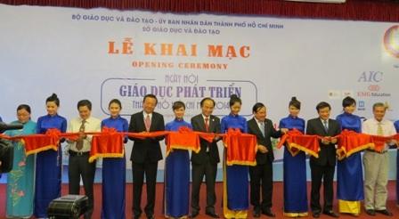 Lãnh đạo TPHCM, Bộ và Sở GD-ĐT trong ngày khai mạc ngày hội giáo dục phát triển của TPHCM.