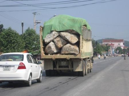 Một trong những chiếc xe hung thần chở đá hộc đi trên đường