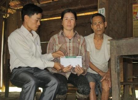 Chị Hồ Thị Xuân (mự cháu Sen) nhận 5 triệu đồng tiền của các nhà hảo tâm gửi giúp