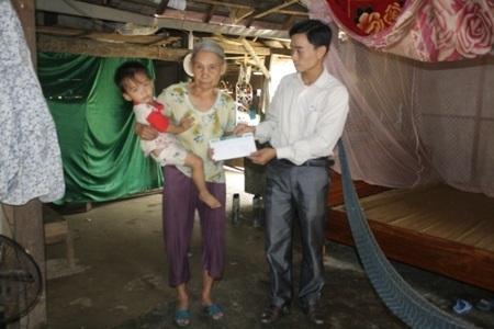 Thay mặt các nhà hảo tâm, PV Dân trí tại Hà Tĩnh đã trao 5 triệu đồng cho gia đình