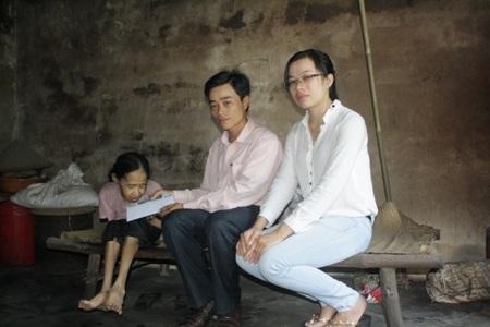 Gia đình bà Phan Thị Vận nhận tiếp 2 triệu đồng tiền của các nhà hảo tâm gửi giúp