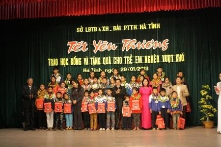 Đại diện các các em học sinh được nhận quà của nhà tài trợ