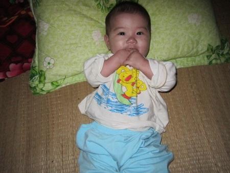 Cháu Hải Yến mới 7 tháng tuổi nhưng đã phải chịu những cơn đau tim hành hạ suốt ngày đêm