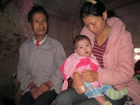 Chị Nguyệt chỉ biết khóc trước hoàn cảnh éo le của gia đình mình