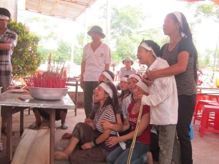 Gia đình và làng xóm đang tổ chức mai táng cho đôi vợ chồng xấu số